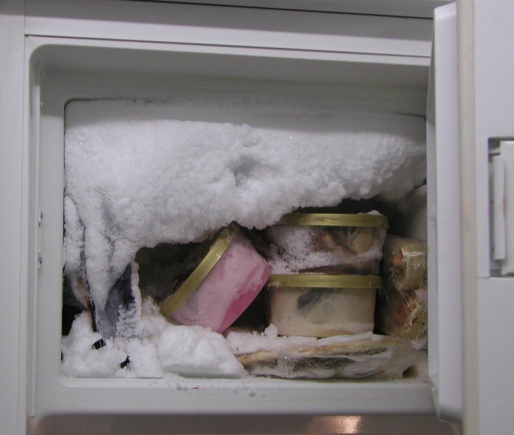 hielo en el congelador
